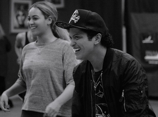 Beyonce and Bruno Mars backstage Superbowl 2016